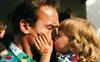 """""""Kẻ hủy diệt"""" Arnold Schwarzenegger trên phim lạnh lùng là thế nhưng hình ảnh làm bố khác một trời một vực"""