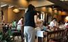 """Những bố mẹ """"vô tư"""": Thay bỉm cho con trên bàn quán cafe, để con ngồi bô giữa hành lang máy bay"""