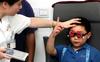 Xem máy tính bảng nhiều giờ mỗi ngày, bé trai 5 tuổi bị cận thị nặng 10 độ