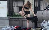 Hễ cãi nhau là bạn gái cởi hết quần áo bất kể nơi chốn