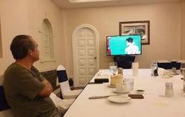 Hình ảnh bầu Đức lặng lẽ theo dõi trận chung kết U22 Việt Nam qua tivi cùng dòng trạng thái đặc biệt trên Facebook khiến ngàn người cảm động
