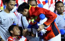 """Sau pha va chạm khiến cầu thủ đội bạn phải ngồi xe lăn rời sân, Văn Hậu đã có hành động rất """"fair play"""" để đáp trả lại sự công kích của CĐV Indonesia"""