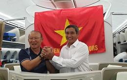 HLV Mai Đức Chung và Park Hang Seo chung một khung hình: Cái nắm tay trên chuyến bay lịch sử, cùng nhau đưa bóng đá Việt Nam vươn tầm cao mới