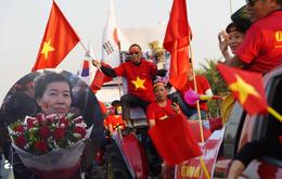 """Trước giờ đoàn thể thao Việt Nam về nước: Mẹ """"hot girl"""" Hoàng Loan đến sân bay sớm, hàng vạn cổ động viên nhuộm đỏ đường đến Nội Bài"""