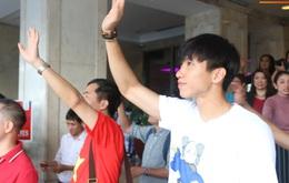 """Văn Hậu buồn thiu nhìn các đồng đội và thầy Park quay về Việt Nam, không ngờ lại bị Bùi Tiến Dũng bắt được khoảnh khắc """"lật mặt"""" của người hùng"""