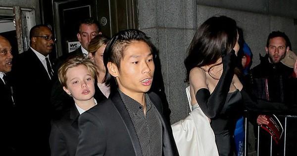 Chẳng cần Brad Pitt, Angelina Jolie giờ đã có con trai nuôi Pax Thiên bảnh bao hộ tống tại sự kiện