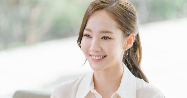 """Chiêu làm phồng tóc đuôi ngựa nhanh gọn mà đẹp hệt như """"thư ký"""" Park Min Young"""