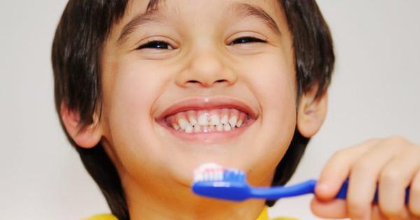 Những điều mẹ chưa biết về chăm sóc răng cho từng độ tuổi của bé