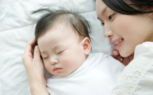 Cha mẹ lưu ý: Dỗ con ngủ không đúng cách có thể khiến trẻ phải đối mặt với  nguy hiểm này