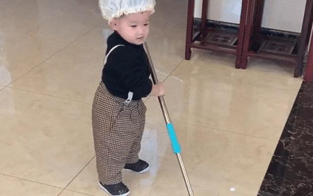 Hình ảnh trai bé 2 tuổi chăm chỉ làm việc nhà đốn tim cư dân mạng