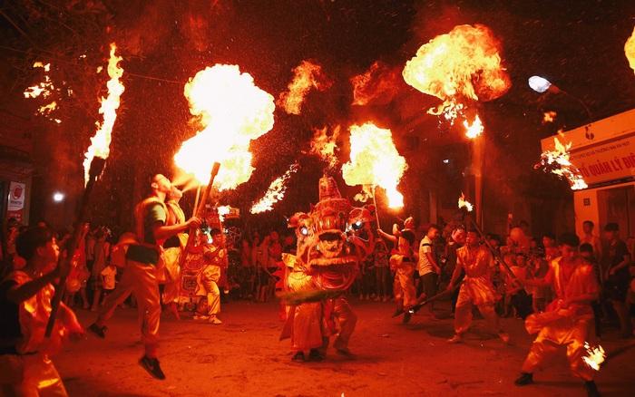Ngôi làng chỉ cách Hà Nội 20km nhưng mỗi năm tổ chức thổi lửa, múa sư tử suốt 3 đêm để đón Trung thu, lộ ra khung cảnh siêu hùng tráng mà ai cũng ước được dự một lần