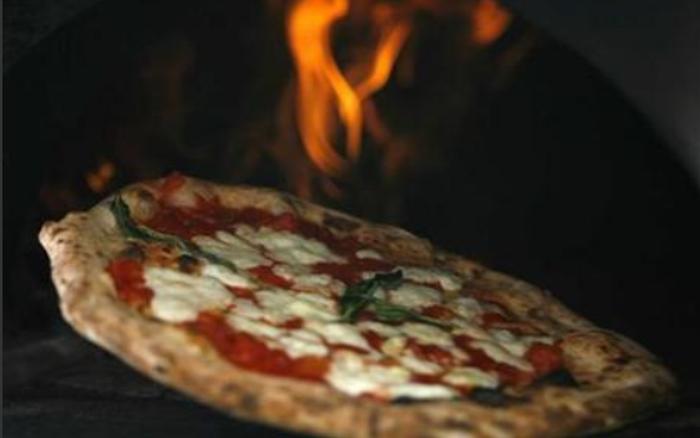 Mỹ bắt giữ người đàn ông trộn lưỡi dao lam vào bột bánh pizza
