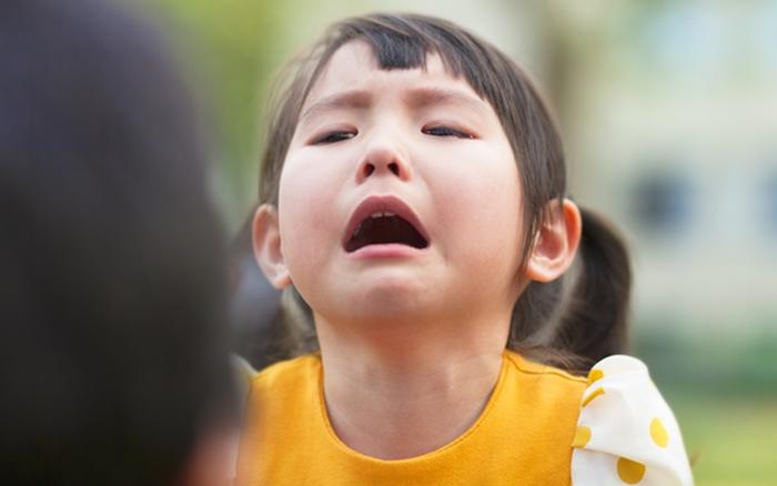Trẻ nhỏ thường có những nỗi sợ hãi như thế này, bố mẹ phải thật tinh tế và khéo léo mới có thể giúp con vượt qua