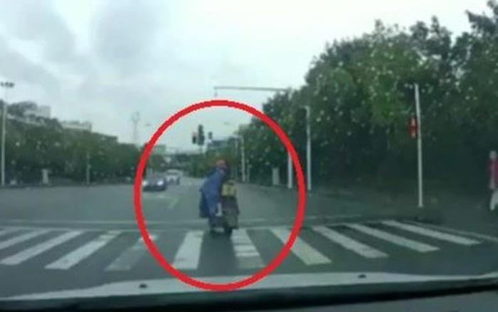 Vô tình làm con gái ngã xuống đường khiến đứa trẻ phải chạy theo hàng chục mét, ông bố dừng lại và có hành động gây phẫn nộ tột cùng