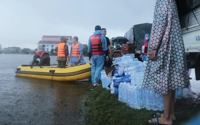 Quảng Bình: Thiếu phương tiện chở nhu yêu phẩm, lương thực đi cứu trợ người dân vùng ngập lụt