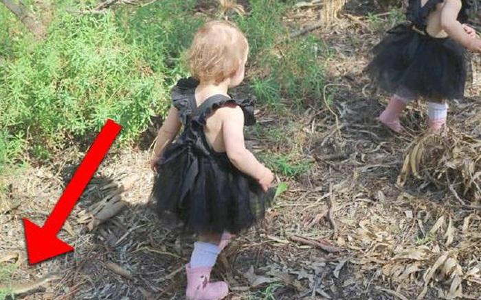 Đưa 2 con sinh đôi đi công viên chơi, bà mẹ thót tim khi thấy