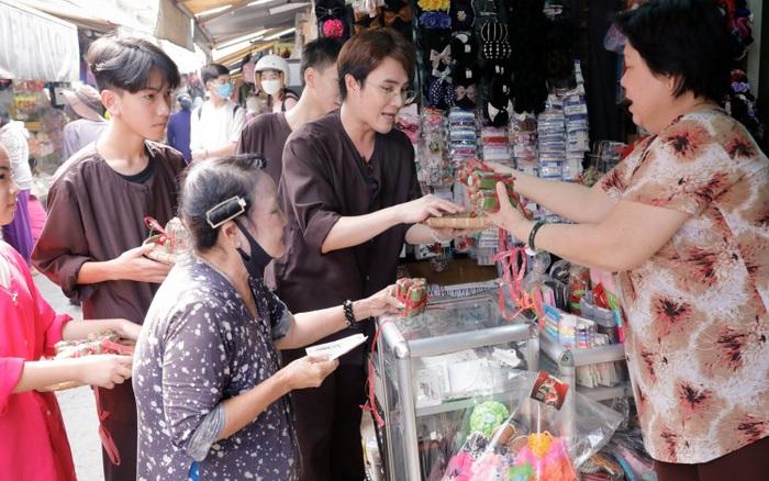 """Huỳnh Lập gây """"náo loạn"""" cả khu chợ để bán nem chua giúp gia đình người phụ nữ bất hạnh nuôi 1 con 4 cháu lại thêm mẹ già"""