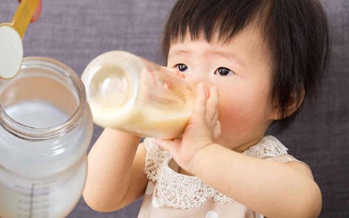 Cảnh báo: Trẻ bú bình có thể nuốt hàng triệu hạt vi nhựa, đây là cách pha sữa an toàn cha mẹ không thể bỏ qua