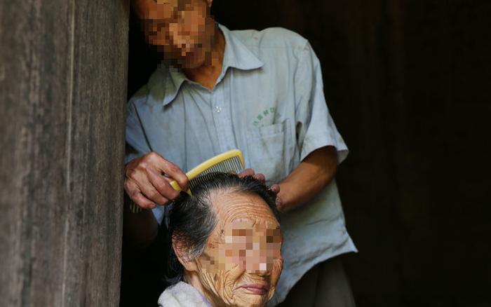 Tốt bụng chăm sóc bà lão hàng xóm neo đơn hơn 30 năm, người đàn ông nhận được món quà bất ngờ sau khi bà qua đời