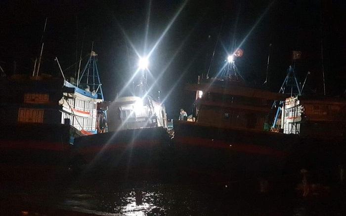 Quảng Ngãi: Đảo Lý Sơn gió giật cấp 9, toàn bộ người dân đóng kín cửa trú trong nhà kiên cố