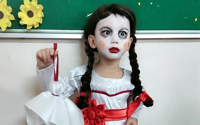 Hóa trang thành búp bê Annabelle dự tiệc Halloween, cậu bé 5 tuổi nhanh chóng chiếm spotlight trên mạng xã hội, bật mí sau đó còn có cả nhà thiết kế riêng cho bộ váy xịn xò