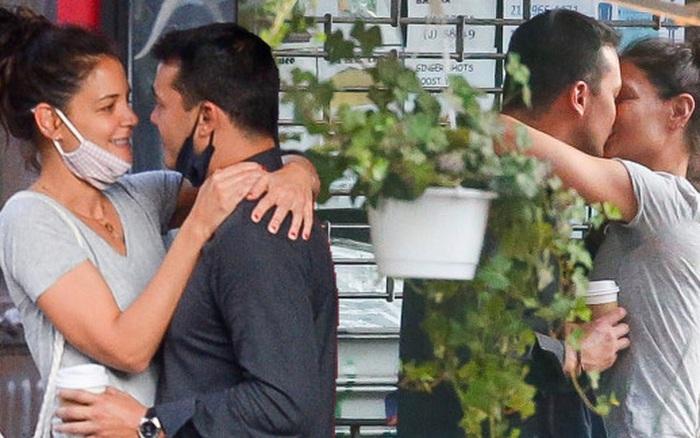"""Mẹ """"phi công trẻ"""" của Katie Holmes tức giận khi con trai bỏ vị hôn thê xinh đẹp, trẻ trung để chạy theo vợ cũ Tom Cruise"""
