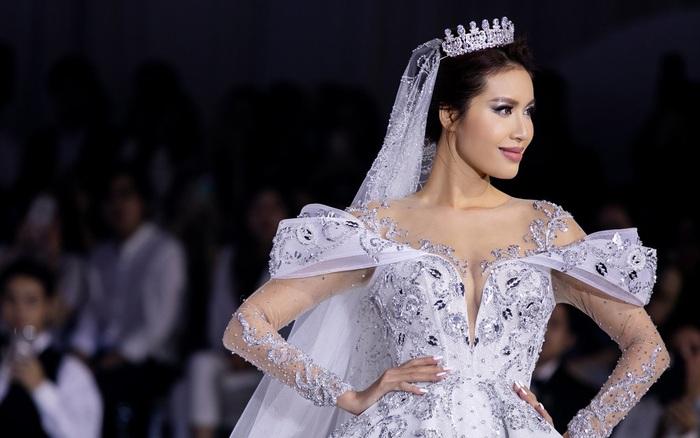 Minh Tú hóa thân thành cô dâu cổ tích trong bộ váy cưới nặng tới 25kg