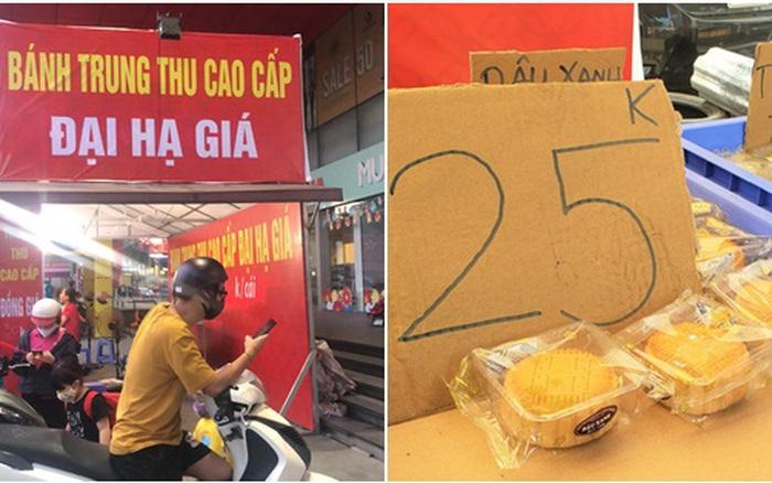 Hà Nội: Bánh Trung thu xả hàng giảm 50%, đồng giá 25.000 đồng/chiếc bên lề đường
