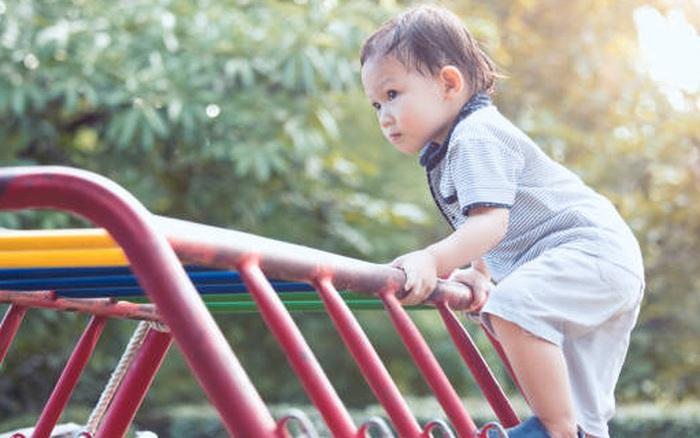 """""""Cẩn thận con nhé!"""", câu cửa miệng của bố mẹ nhưng đây là lý do các chuyên gia không khuyến khích dùng nó"""