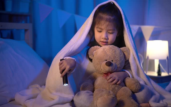 Vì sao đứa trẻ nào cũng thường ôm 1 con gấu bông cũ mèm, rách nát từ thời bé tí, lý do vô cùng thú vị