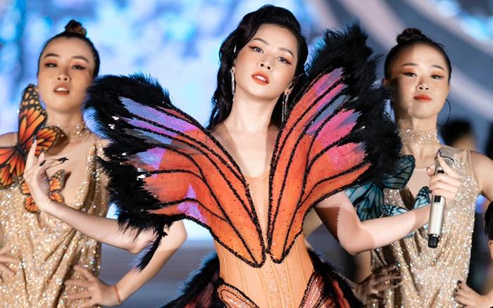 """Chi Pu mặc đồ """"bướm đêm"""" hát trên sân khấu Hoa hậu Việt Nam, nhìn thì rất đẹp nhưng chiếc váy cứ kỳ kỳ"""