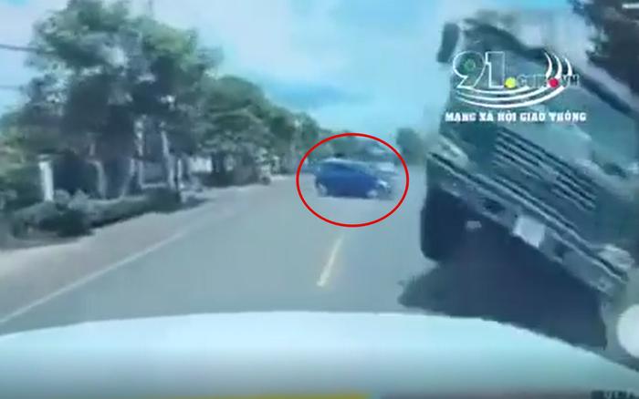 Clip: Xe ben đánh lái khẩn cấp tránh xe con sang đường kiểu
