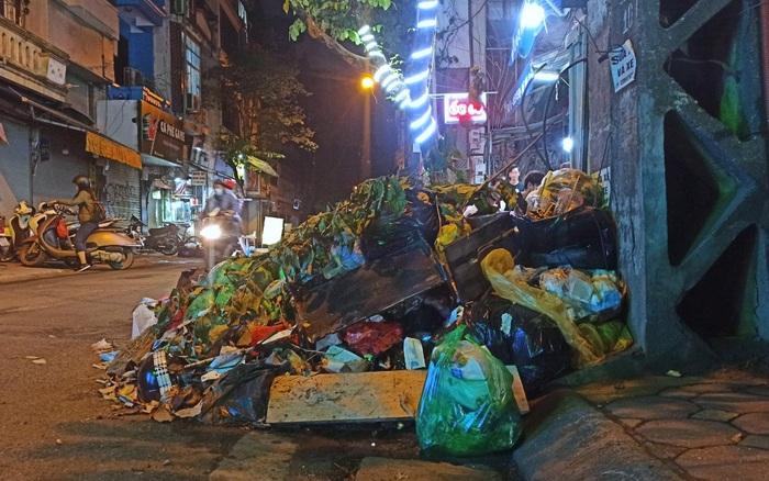 Hà Nội: Phố Yên Phụ ngập rác cả tuần không được thu gom, người dân như sống trong