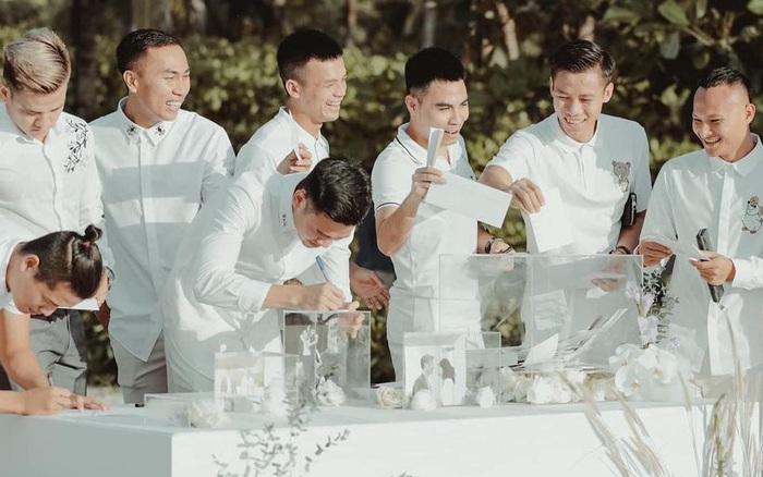 Dàn cầu thủ lần lượt đăng ảnh chính thức trong đám cưới Công Phượng, đáng chú ý Đức Huy còn tiết lộ cả tiền mừng cưới