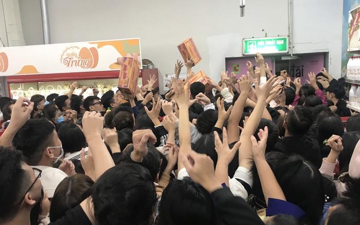Hà Nội: Hàng nghìn người đổ về trung tâm thương mại lúc nửa đêm chen lấn mua hàng giảm giá Black Friday