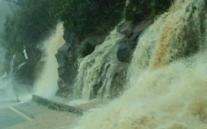 Clip: Nước từ vách núi dội xuống rầm rầm như thác đổ khiến nhiều tài xế kinh hãi - giá vàng 9999 hôm nay 109