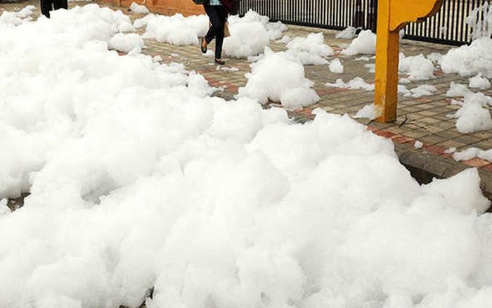 Bọt trắng độc hại phủ trắng đường phố tại Ấn Độ