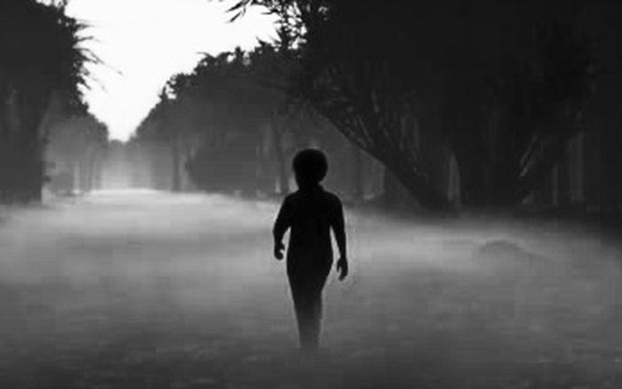 Nghe tiếng trẻ con khóc trong đêm mưa, người phụ nữ mở cửa kiểm tra liền kinh hãi phát hiện một cậu bé với chi tiết kỳ quái trên cánh tay