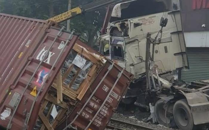 Tai nạn kinh hoàng: Tàu hỏa tông đứt đôi container băng ngang qua đường ray không rào chắn, 1 người nguy kịch