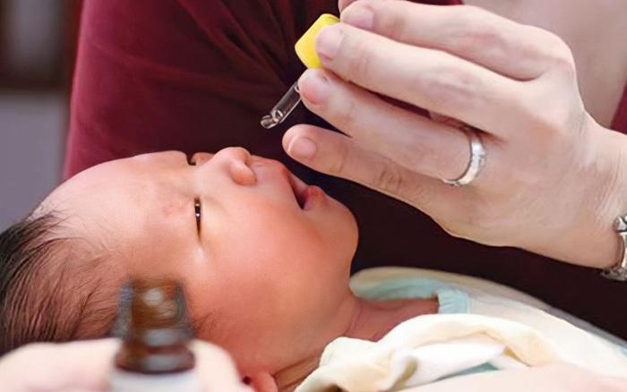 Qua chuyện bé 11 tháng tuổi bị ngộ độc thuốc nhỏ mũi, BS Nhi vạch ngay loạt sai lầm của bố mẹ trong việc vệ sinh tai - mũi - mắt cho con hàng ngày