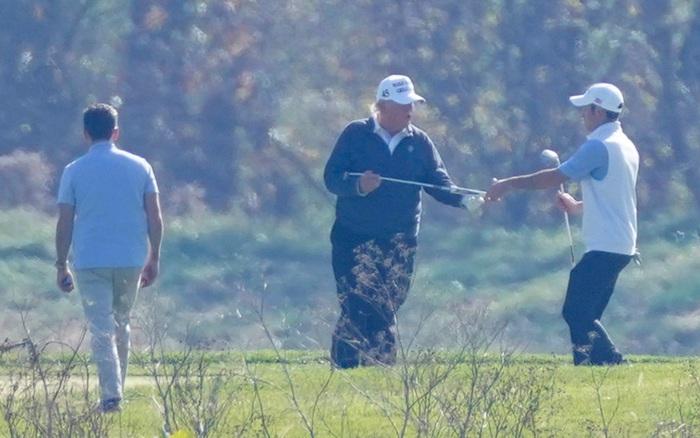 Truyền thông công bố kết quả bầu cử Mỹ, ông Trump lặng lẽ đi đánh golf một mình và dòng chữ trên chiếc mũ lưỡi trai khiến nhiều người tiếc nuối