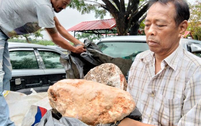 Dạo bờ biển, lão ngư dân nghèo bắt gặp khối đá được cho là