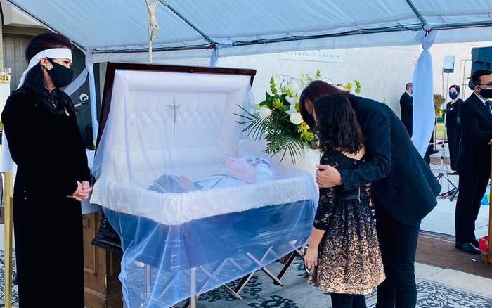 Nghệ sĩ Việt Hương chia sẻ hình ảnh chồng hát trong tang lễ cố nghệ sĩ Chí Tài