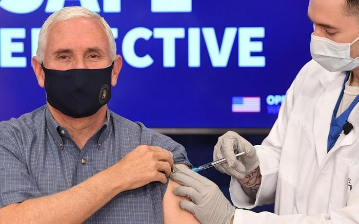 Phó Tổng thống Mỹ Mike Pence tiêm vaccine COVID-19