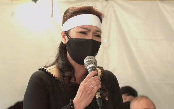"""Vợ cố nghệ sĩ Chí Tài khóc nghẹn hát ca khúc """"Em ở đâu"""" tiễn biệt chồng lần cuối cùng"""