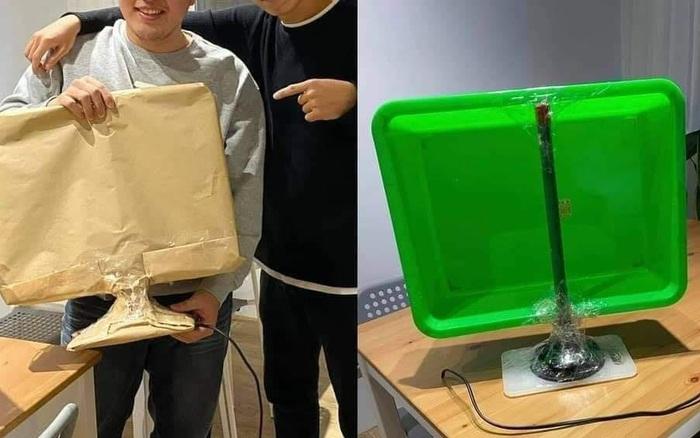 Chàng trai được bạn thân tặng món quà bọc kĩ càng như màn hình máy tính, hồi hộp mở ra mới phát hiện tất cả chỉ là một cú lừa!