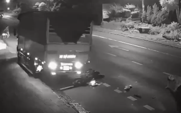 Clip phẫn nộ: Xe tải vượt ẩu tông trực diện người đàn ông đi xe máy còn cố tình nhấn ga chèn nát chiếc xe rồi bỏ chạy, mặc kệ nạn nhân