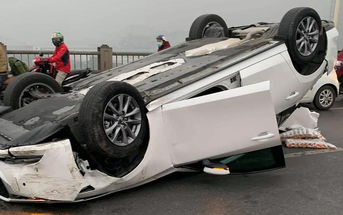 Hà Nội: Xe Mazda tông vào dải phân cách rồi húc tiếp vào ô tô cùng chiều, cầu Vĩnh Tuy ùn tắc cục bộ