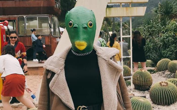 Cô gái đeo mặt nạ đầu cá đang hot trend chơi