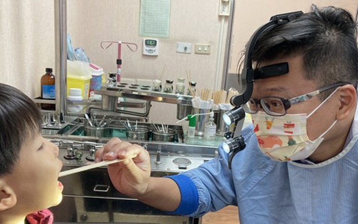 Cậu bé bị sâu cả hàm răng, dị vật bịt kín khoang mũi phải thở bằng miệng, bác sĩ cảnh báo thói quen sai lầm của cha mẹ